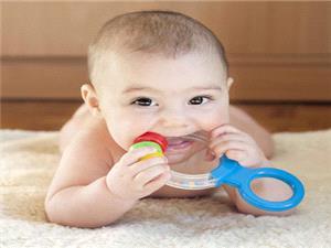 چگونه به کودکی که دندان در می آورد کمک کنیم؟