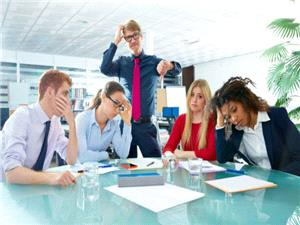 افراد آسیب رسان در ملاقاتهای کاری اول چه رفتاری از خود نشان میدهند؟