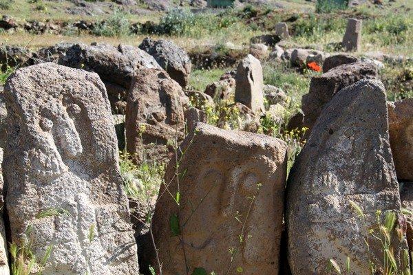 لبخند سنگی به مرگ تدریجی پیرازمیان/میراث 7 هزار ساله نابود میشود