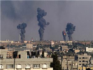 حملات گسترده جنگندههای سعودی به مارب/ تظاهرات یمنیها علیه دولت هادی